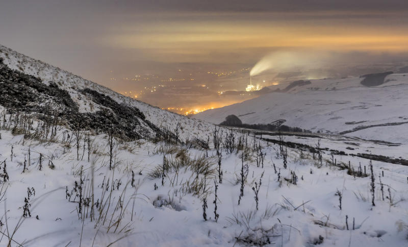 Snow disrupts road, air travel in UK