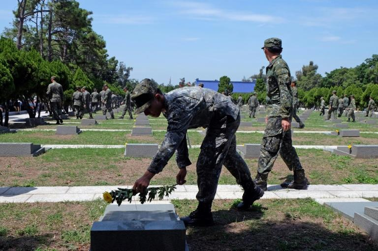 Hundreds of soldiers, relatives and veterans, some in their 80s and 90s, gathered at a Kinmen cemetery where victims of the 1958 bombardment were buried