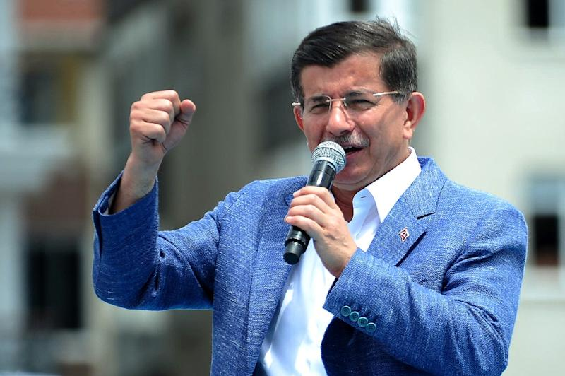 Turkish Prime Minister Ahmet Davutoglu speaks during a campaign rally in Istanbul on June 2, 2015 (AFP Photo/Ozan Kose)