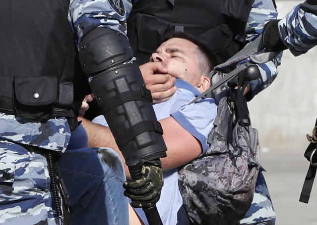 <p>Russian police detain a protester at a demonstration against President Vladimir Putin in Pushkin Square in Moscow, Russia, Saturday, May 5, 2018. Thousands of demonstrators denouncing Putin's upcoming inauguration into a fourth term gathered Saturday in the capital's Pushkin Square. (Photo: Pavel Golovkin/AP) </p>