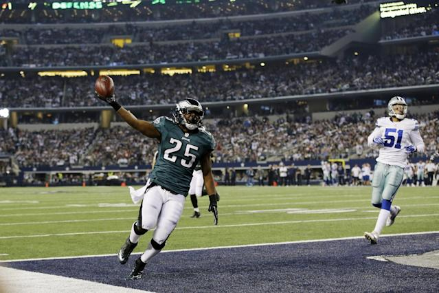Philadelphia Eagles running back LeSean McCoy (25) takes the ball in for a touchdown as Dallas Cowboys defensive end Kyle Wilber follows during the first half of an NFL football game, Sunday, Dec. 29, 2013, in Arlington, Texas. (AP Photo/Tony Gutierrez)