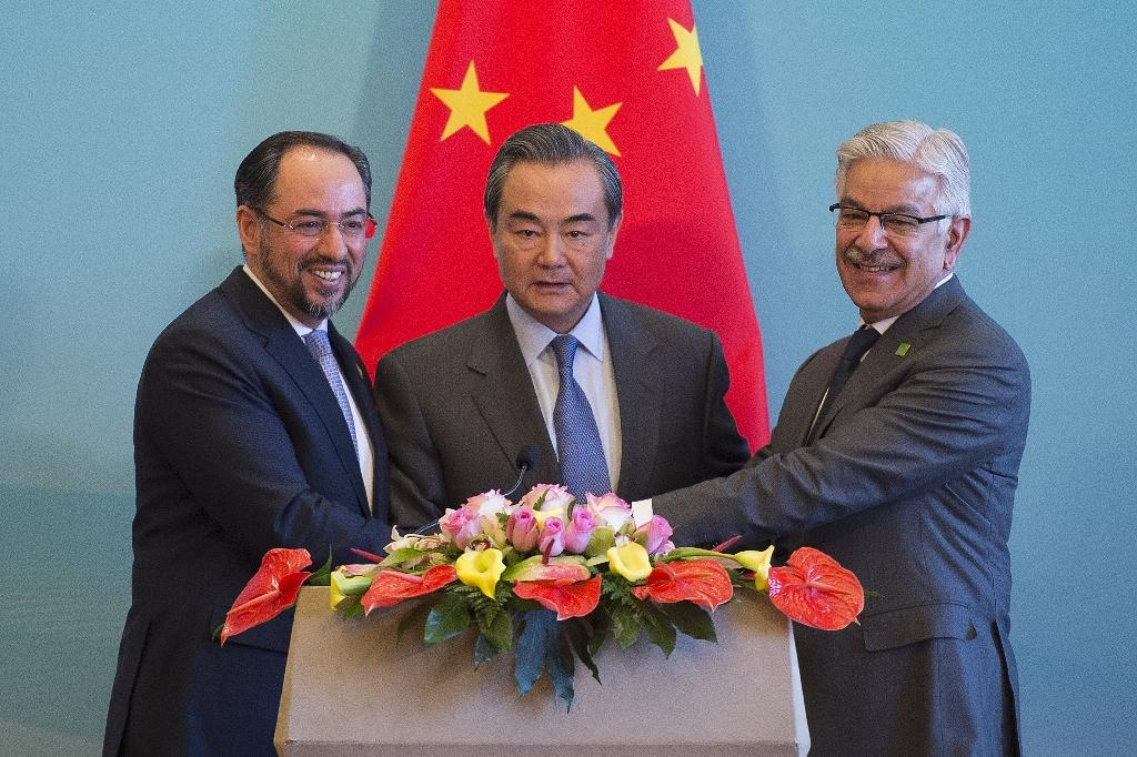 China's Foreign Minister Wang Yi (C) with Afghanistan's Foreign Minister Salahuddin Rabbani (L) and Pakistan's Foreign Minister Khawaja Muhammad Asif (R) at a joint press conference in Beijing on December 26, 2017 (AFP Photo/NICOLAS ASFOURI)