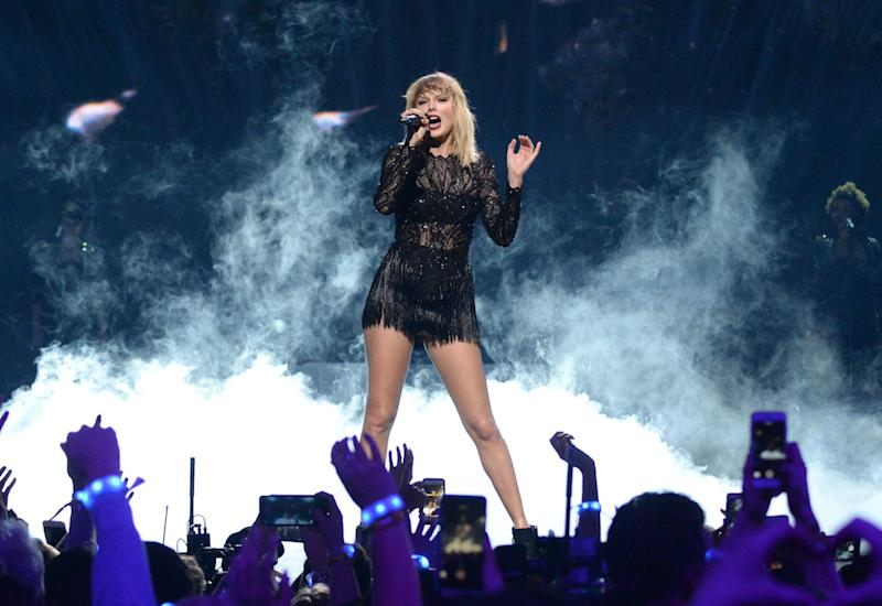Taylor Swift Had A Secret Reputation Listening Party For 100 Hand Picked Fans And We Re Seriously Jealous