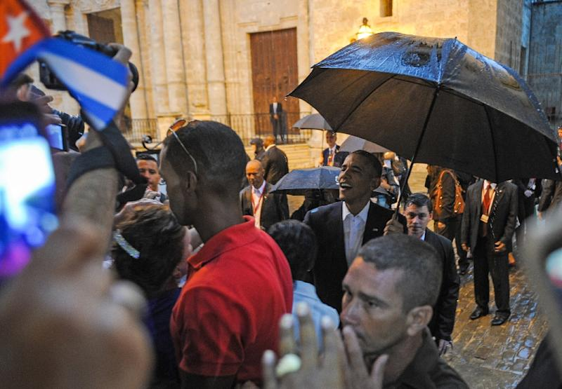 US President Barack Obama talks to tourists and Cubans outside Havana Cathedral, on March 20, 2016 (AFP Photo/Yamil Lage)