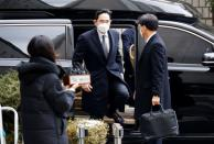 Samsung Group heir Jay Y. Lee arrives at a court in Seoul