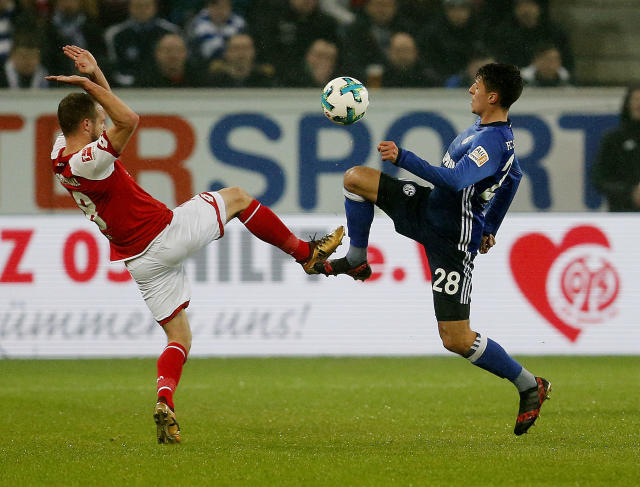Mainz's Levin Oztunali, left, and Schalke's Alessandro Schoepf challenge for the ball during a German first division Bundesliga soccer match between FSV Mainz 05 and FC Schalke 04 in Mainz, Germany, Friday, March 9, 2018.(AP Photo/Michael Probst)