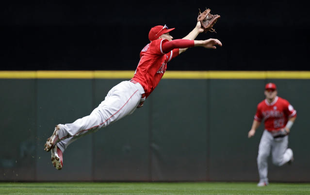 How valuable is Andrelton Simmons' defense at short? (AP Photo/Elaine Thompson)