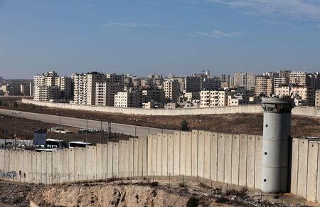 A view shows the Israeli barrier as buildings are seen in Kfar Aqab on the outskirts of Jerusalem, near the West Bank City of Ramallah, November 7, 2017. Picture taken November 7, 2017. REUTERS/Mohamad Torokman