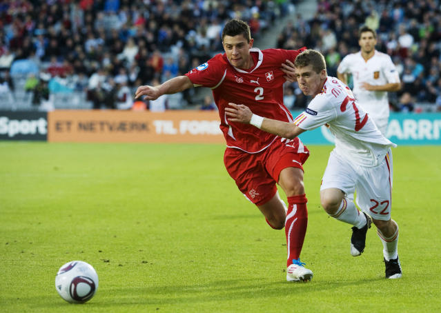 Spain's Iker Muniain (R) vies with Switzerland's Philippe Koch during the UEFA Under-21 European Championship final football match Spain vs Switzerland at the Aarhus Stadium, on June 25, 2011. AFP PHOTO/JONATHAN NACKSTRAND (Photo credit should read JONATHAN NACKSTRAND/AFP/Getty Images)