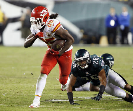 FILE PHOTO: Kansas City Chiefs' Jamaal Charles (25) breaks away from Philadelphia Eagles' Cary Williams (26) during their NFL football game in Philadelphia, Pennsylvania, September 19, 2013. Kansas City won 26-16. REUTERS/Tom Mihalek