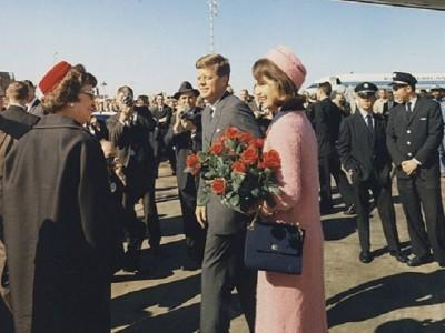 President_and_Mrs._Kennedy_arrive_at_Dallas640