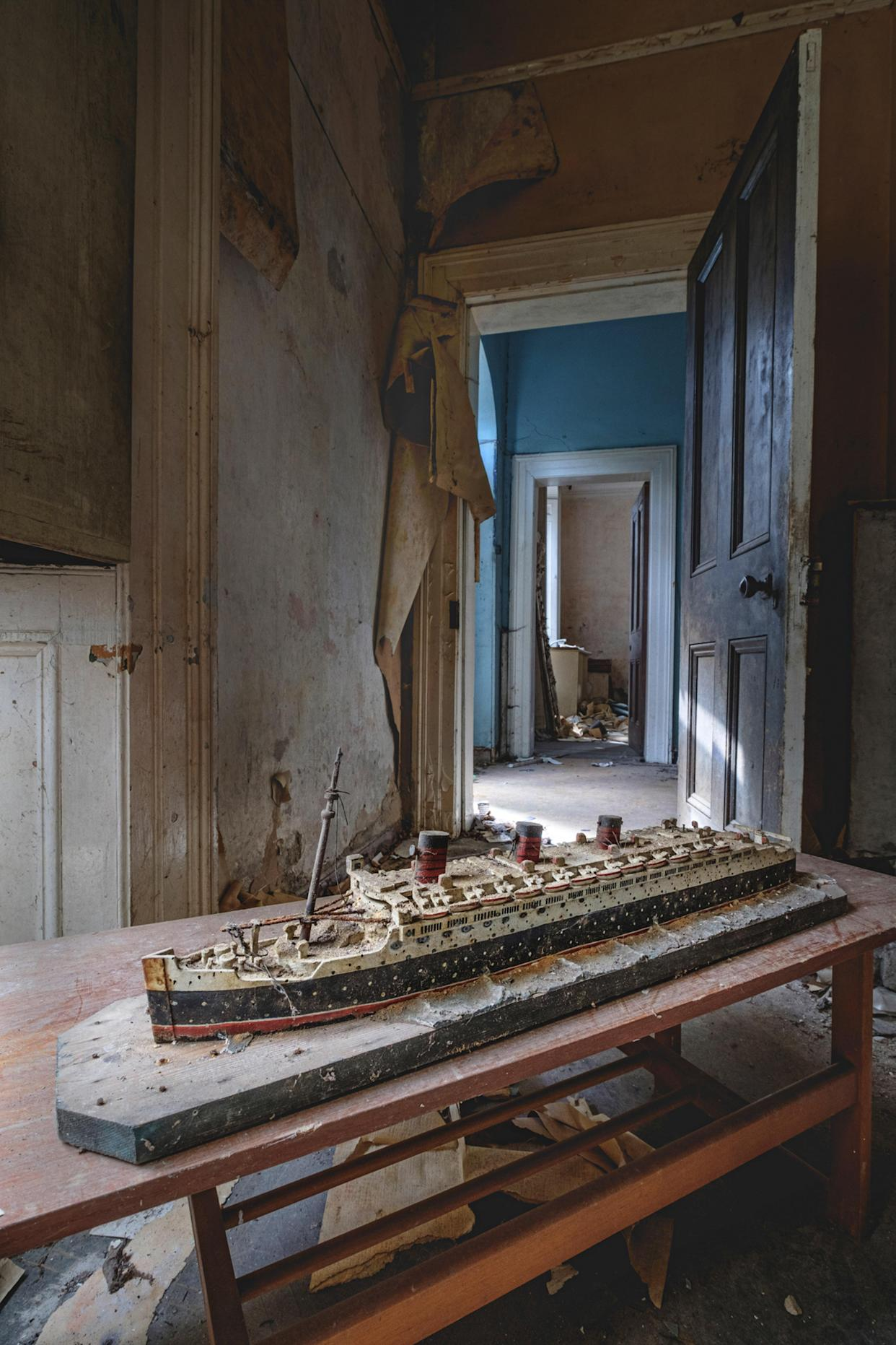What appears to be a model of the famous steamliner the Titanic inside an abandoned home in Northern Ireland, March 12, 2018. (Photo: Unseen Decay/Mercury Press/Caters News)