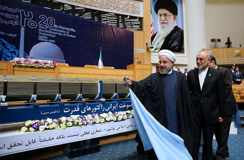 Iranian President Hassan Rouhani (L) and the Head of the Iranian Atomic Energy Organization Ali Akbar Salehi (R) unveil a nuclear fuel assembly on National Nuclear Technology Day in Tehran on April 9, 2015 (AFP Photo/)