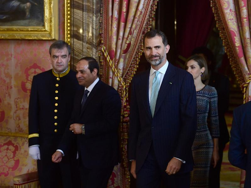 Egyptian President Abdel Fattah al-Sisi (2ndL) and Spain's King Felipe VI enter a room at the Royal palace in Madrid on April 30, 2015 (AFP Photo/Pierre-Philippe Marcou)