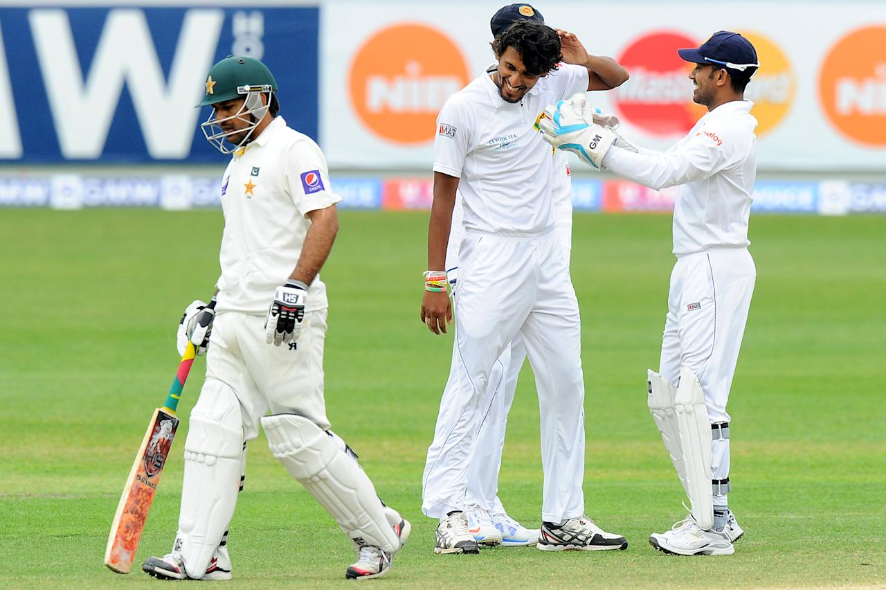 Sri Lankan bowler Suranga Lakmal (C) celebrates with teammates after dismissing Pakistan batsman Sarfraz Ahmed (L) during the final day of the second cricket Test match between Pakistan and Sri Lanka at the Dubai International Cricket Stadium in Dubai on January 12, 2014. AFP PHOTO/Ishara S. KODIKARA