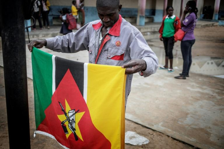 """Mozambique's constitution says the Kalashnikov rifle on the national flag represents """"resistance to colonialism and national sovereignty"""" (AFP Photo/GIANLUIGI GUERCIA)"""