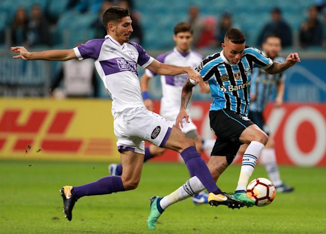 Soccer Football - Copa Libertadores - Brazil's Gremio v Uruguay's Defensor Sporting - Arena do Gremio stadium, Porto Alegre, Brazil - May 23, 2018 - Luan (R) of Gremio and Martin Rabunal of Defensor Sporting in action. REUTERS/Diego Vara