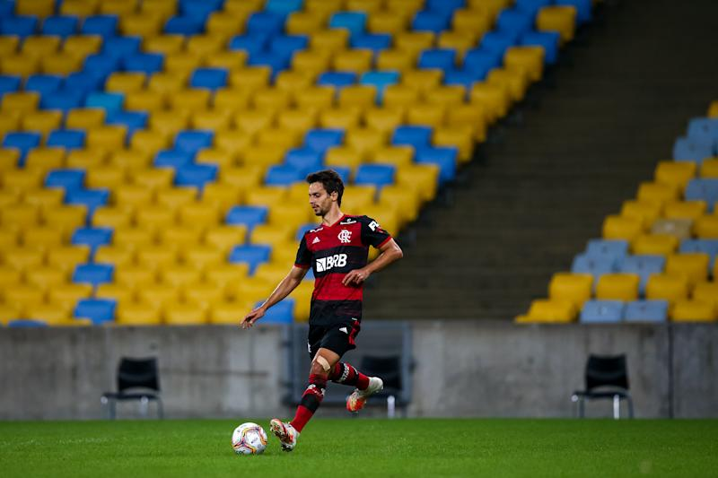 RIO DE JANEIRO, BRAZIL - JULY 08: Rodrigo Caio of Flamengo runs with the ball during the match between Flamengo and Fluminense as part of the Taca Rio, the Second Leg of the Carioca State Championship at Maracana Stadium on July 8, 2020 in Rio de Janeiro, Brazil. The match is played behind closed doors and further precautionary measures against the coronavirus (COVID - 19) Pandemic. (Photo by Buda Mendes/Getty Images)
