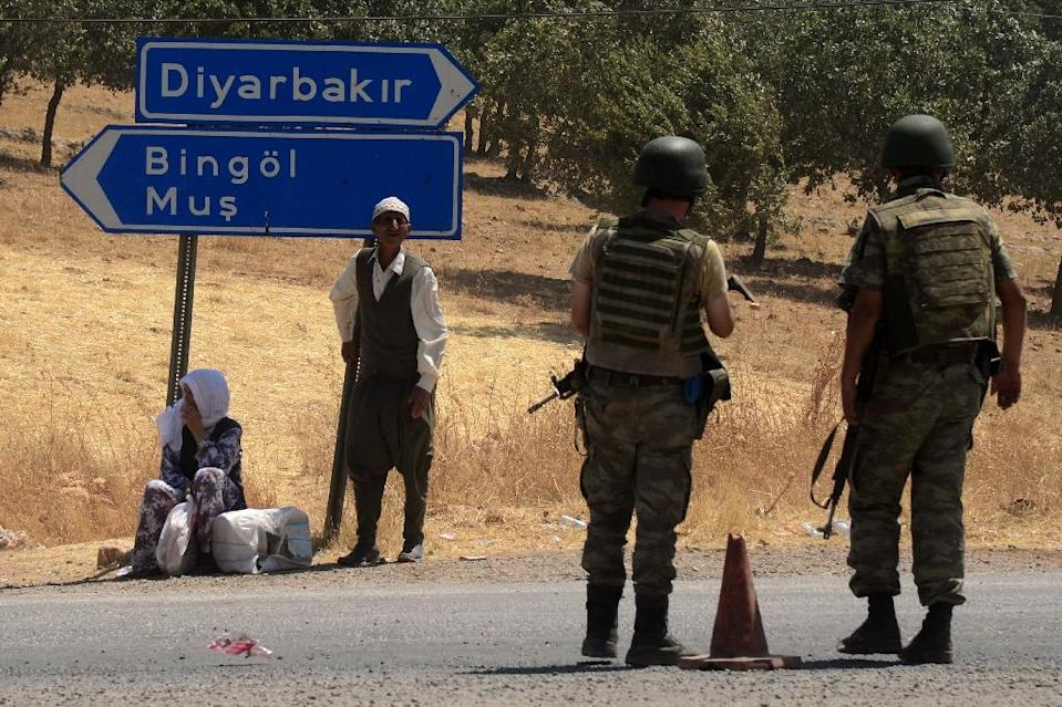 Turkish soldiers wait at a check point in Diyarbakir on July 26, 2015 (AFP Photo/Ilyas Akengin)