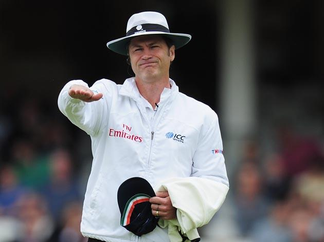 LONDON, ENGLAND - AUGUST 18:  Umpire Simon Taufel moves spectators behind the bowlers arm during day one of the 4th npower Test Match between England and India at The Kia Oval on August 18, 2011 in London, England.  (Photo by Shaun Botterill/Getty Images)