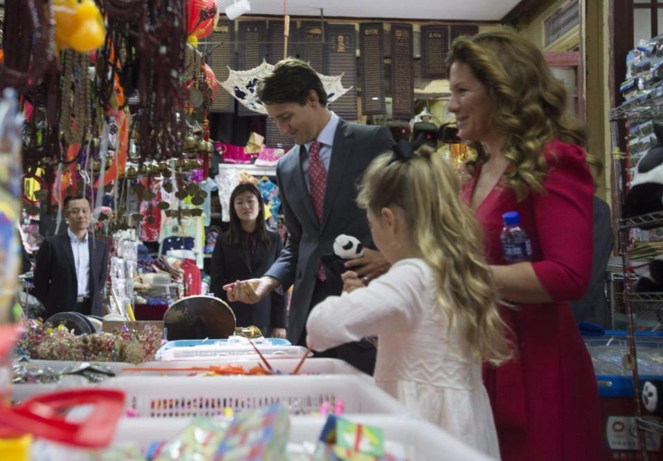 Prime Minister Justin Trudeau, Sophie Gregoire and Ella-Grace visit the gift shop at the Great Wall of China, in Beijing, China, on Sept. 1, 2016. THE CANADIAN PRESS/Adrian Wyld