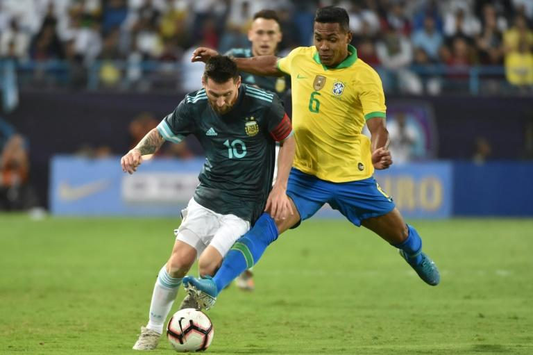Gabriel Jesus comically misses penalty; Messi pots victor on Argentina return