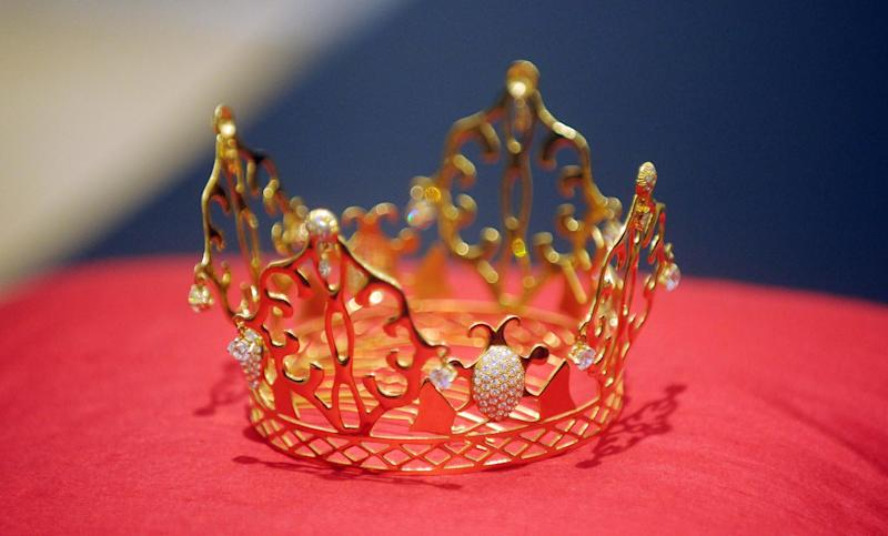 The gold and diamond tiara designed by Slim Barrett (Getty Images)