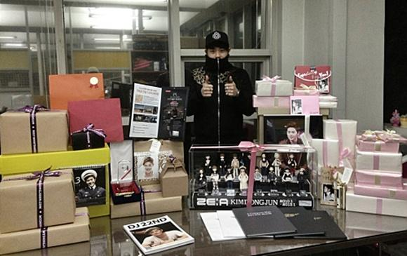 Kim Dong Jun reveals a photo of his birthday gifts