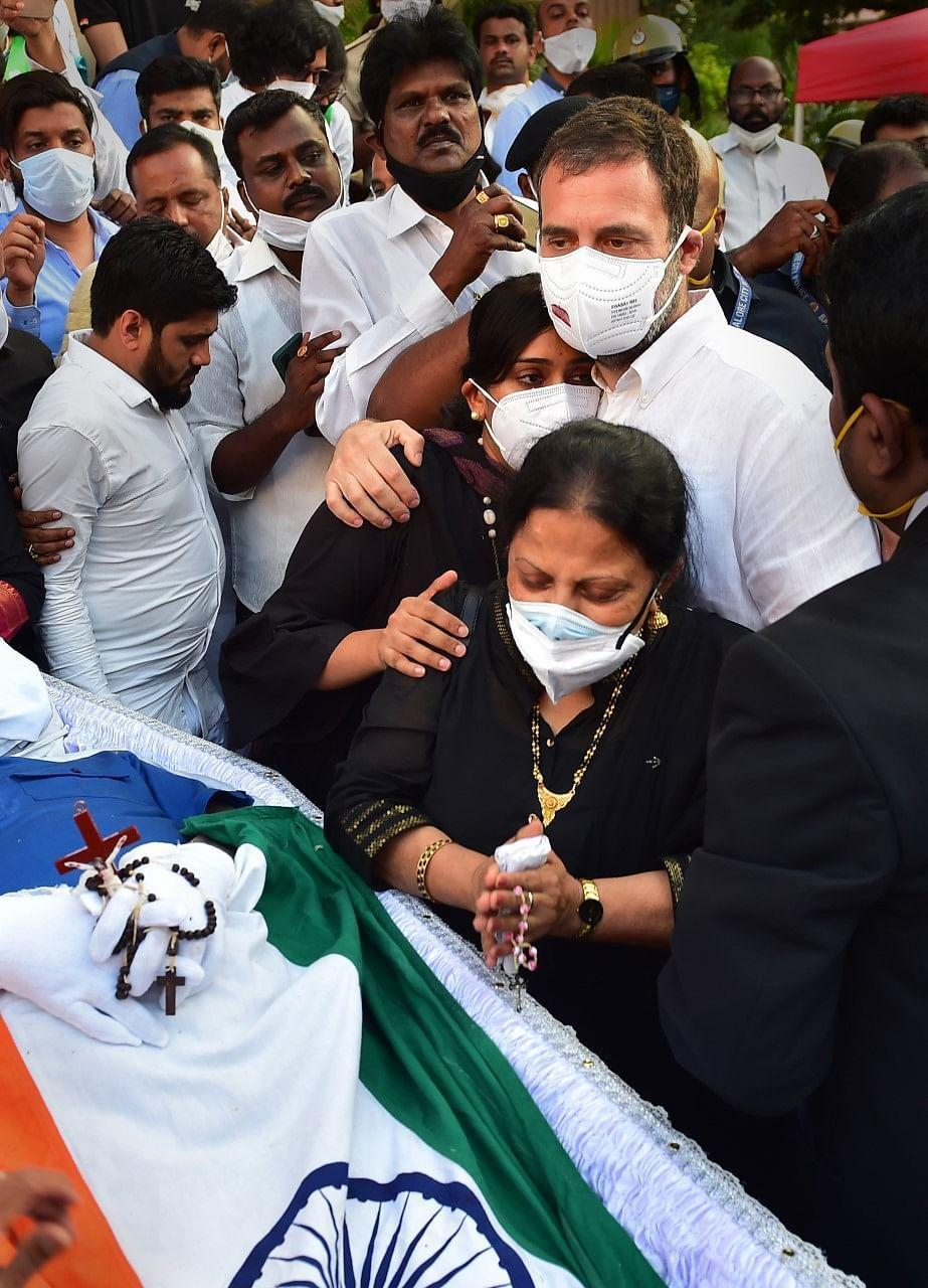 """<div class=""""paragraphs""""><p> Congress leader Rahul Gandhi consoles family members of the late Congress leader and former union minister Oscar Fernandes, at a church in Bengaluru on Thursday, 16 September.</p></div>"""