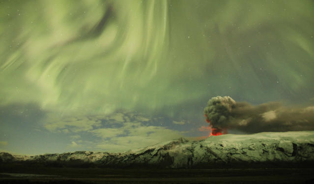 The Northern Lights are seen above the ash plume of Iceland's Eyjafjallajokull volcano in the evening April 22, 2010. REUTERS/Lucas Jackson