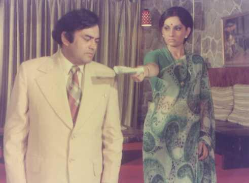 Though a serious issue, extra marital affair was handled in a blithe manner in this BR Chopra directorial. Sanjeev Kumar plays the quintessential <em>babu</em>, that starts with casual flirting with his secretary, and then finds himself in a serious affair. The wife stays ignorant of it for the longest time. The BR Chopra directorial is hailed as one of the best comedy-dramas of all times.