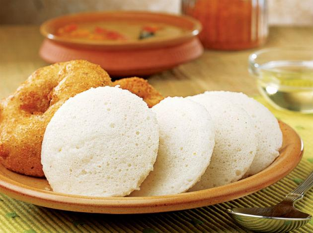 <b>Saturday  </b><br><br><b>Breakfast</b>: 1 Idli or chapati, with vegetable curry. 1/2 sliced banana, skimmed milk. <br><b>Lunch</b>: 1 chapati, 1 cup of rice, light yoghurt, fish curry, mustard, cucumber, tomatoes and onion slices. <br><b>Dinner</b>: Brown rice, steamed spinach and an apple.  <br><b>Tip</b>: Spicy food containing chili pepper is thought to have weight reducing properties.