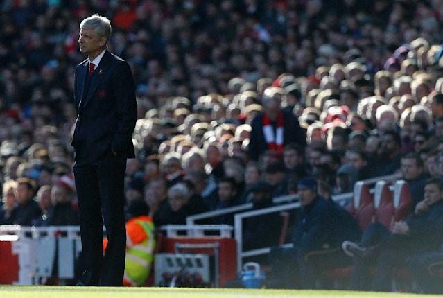 Arsenal's manager Arsene Wenger watches his players from the touchline during the match against Tottenham Hotspur in London on November 6, 2016 (AFP Photo/IKIMAGES)