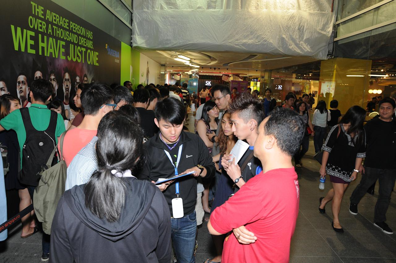 Large number of people waiting for the sale of GALAXY S III to start at StarHub, Plaza Singapura