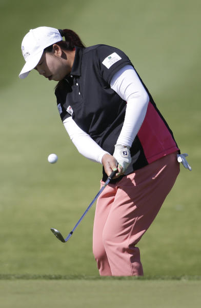 Shanshan Feng, of China, chips to the green on the ninth hole during the first round at the LPGA Kraft Nabisco Championship golf tournament Thursday, April 3, 2014 in Rancho Mirage, Calif. (AP Photo/Chris Carlson)