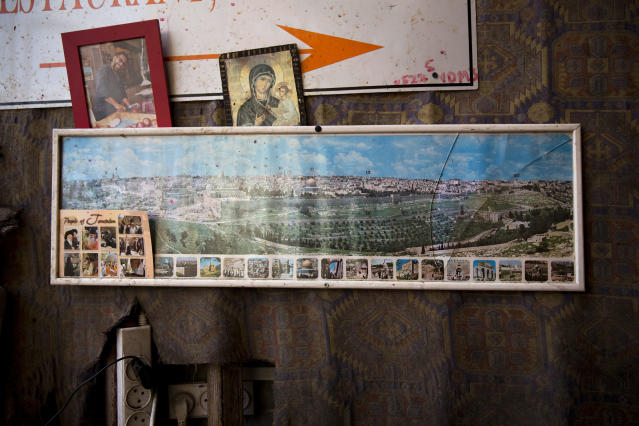 <p>A framed photo of Jerusalem's Old City hangs in a juice stand, in Jerusalem's Old City, Tuesday, Dec. 5, 2017. (Photo: Oded Balilty/AP) </p>