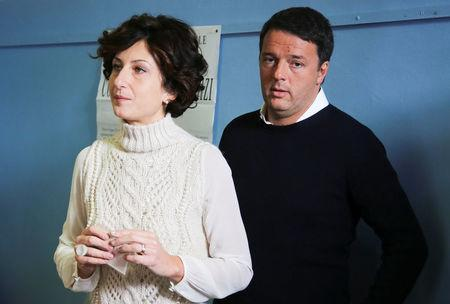 Italian Prime Minister Matteo Renzi and his wife Agnese wait to cast their votes for the referendum on constitutional reform, in Pontassieve, near Florence, northern Italy December 4, 2016. REUTERS/Leonardo Bianchi