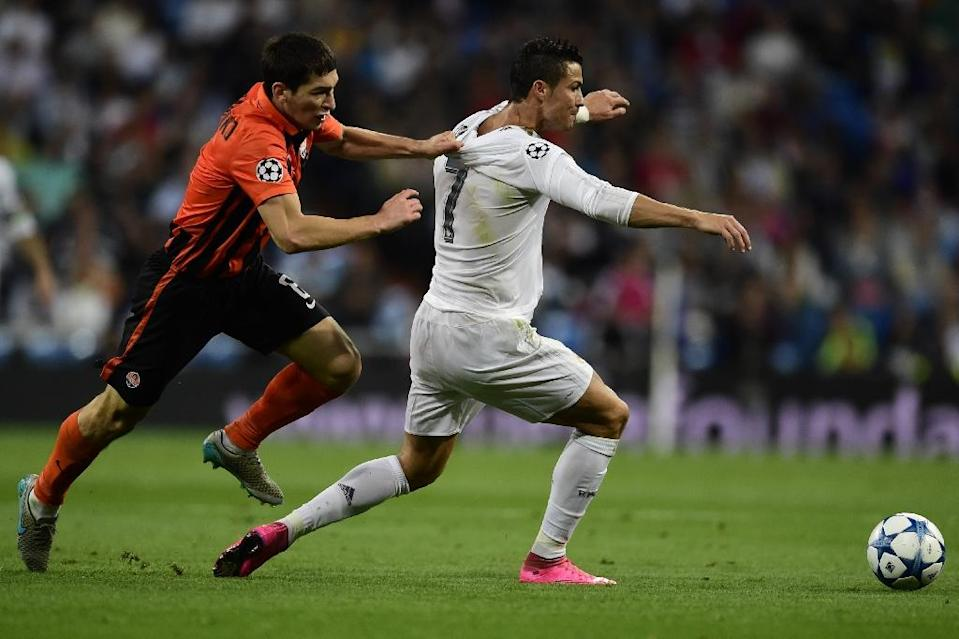 Real Madrid's Cristiano Ronaldo (R) fights off Shakhtar Donetsk's Taras Stepanenko during the UEFA Champions League group A football match in Madrid on September 15, 2015 (AFP Photo/Javier Soriano)