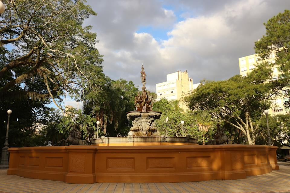 Imported from France by Companhia Hidráulica Pelotense in 1873, along with three other fountains, with the purpose of decorating public gardens and supplying drinking water to the population of its surroundings. In the surroundings of the Coronel Pedro Osório Square, the main one of Pelotas, there are several historical constructions. The fountain, implanted in Pelotas, Rio Grande do Sul - Brazil.