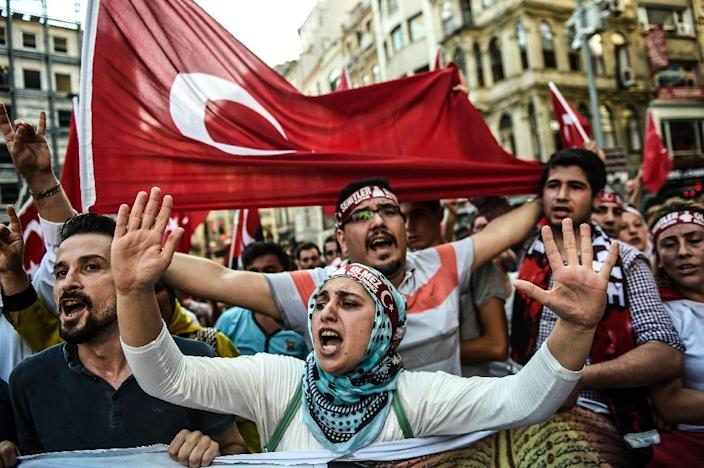 People wave Turkish flags and shout nationalist slogans during a demonstration against the Kurdistan Workers' Party (PKK) on August 16, 2015 on Istiklal avenue in Istanbul (AFP Photo/Ozan Kose)