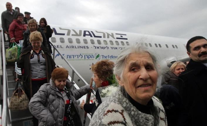 Jewish immigrants from Ukraine who are making Aliyah (immigration to Israel) deboard their plane at Ben Gurion International airport on December 22, 2014, in Lod, east of Tel Aviv (AFP Photo/Gil Cohen-Magen)