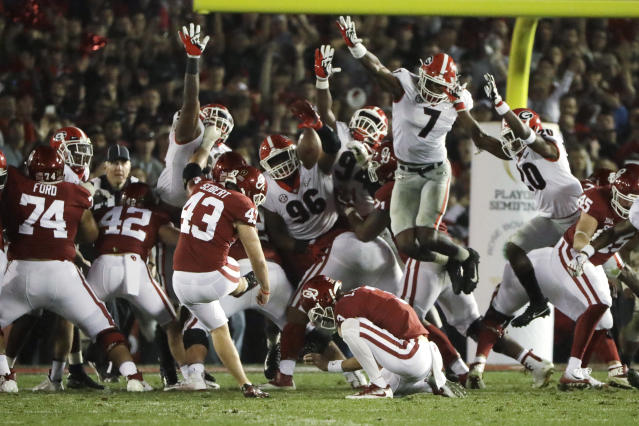 Georgia LB Lorenzo Carter (7) blocks a field goal attempted by Oklahoma kicker Austin Seibert (43) in double overtime. (AP)