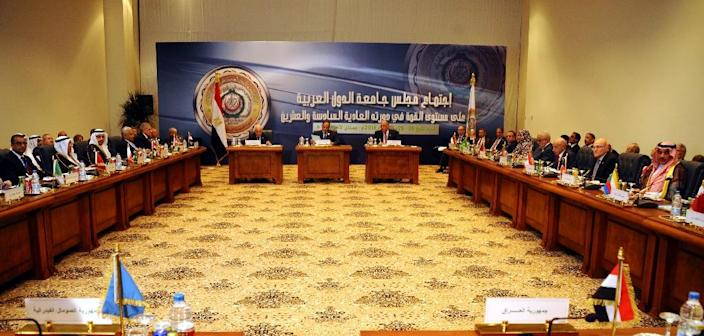 A handout picture made available by the Egyptian presidency shows Egyptian President Abdel Fattah al-Sisi (C) speaking during a closed session with Arab leaders during the Arab League summit in the Red Sea resort of Sharm El-Sheikh on March 28, 2015 (AFP Photo/-)