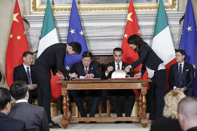 Rome (Italy), 23/03/2019.- Italian vicepremier and Labour and Industry Minister, Luigi Di Maio (R) signs with Chinese NDRC President He Lifeng during their meeting at Villa Madama in Rome, Italy, 23 March 2019. President Xi Jinping is in Italy to sign a memorandum of understanding to make Italy the first Group of Seven leading democracies to join China's ambitious Belt and Road infrastructure project. (Italia, Roma) EFE/EPA/GIUSEPPE LAMI