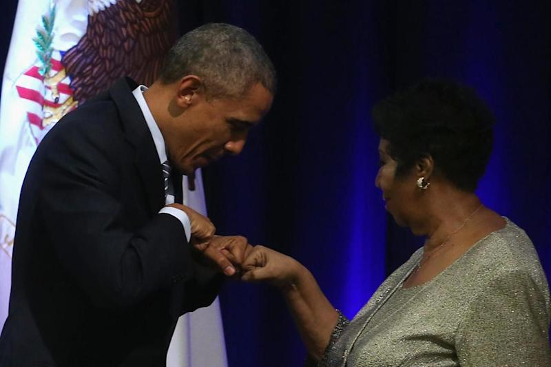 Barack Obama fist bumps Aretha Franklin in 2015 (Getty Images)