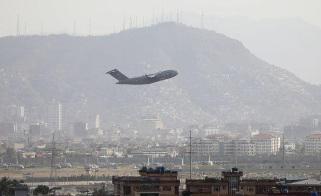 epaselect epa09426414 A military plane takes off from Hamid Karzai International Airport in Kabul, Afghanistan, 23 August 2021. An Afghan policeman was killed on 23 August, in a gun battle between security forces and unknown attackers at the North Gate of the Kabul airport, the German military said, amid ongoing chaos at the airport as thousands try to flee Taliban rule.  EPA/STRINGER (Photo: STRINGER EPA)