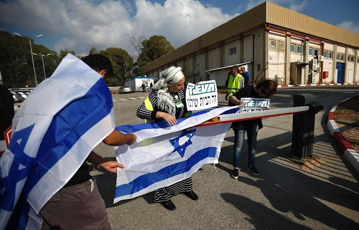 Staff of Israeli pharmaceutical giant Teva protest outside its plant in Kiryat Shmona, in northern Israel, on December 14, 2017 over its plans to axe thousands of jobs (AFP Photo/JALAA MAREY)