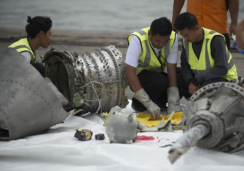 Investigators examine engine parts from the ill-fated Lion Air flight JT 610, after they were recovered from the bottom of the Java Sea (AFP Photo/BAY ISMOYO)