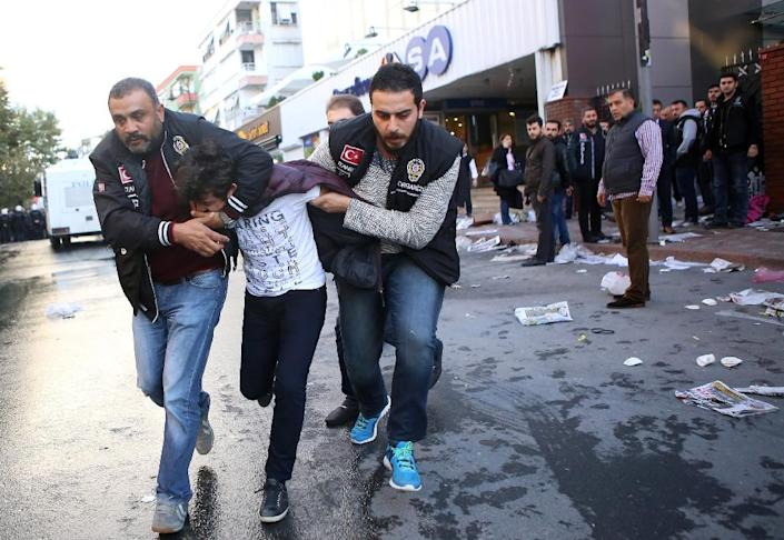 Turkish police arrest a supporter of Bugun newspaper and Kanalturk television station during a protest against the government's media crackdown, in Istanbul on October 28, 2015 (AFP Photo/Mehmut Ali Poyraz)