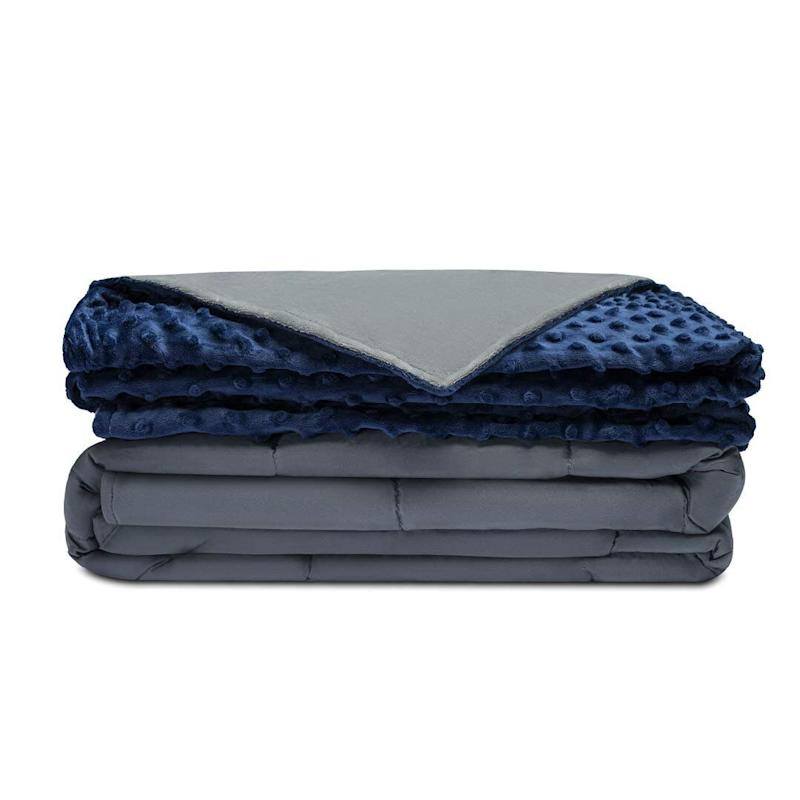 """Right now, you can grab the <strong><a href=""""https://amzn.to/2lyvS3h"""" target=""""_blank"""" rel=""""noopener noreferrer"""">Quility Premium Adult Weighted Blanket with a removable cover for $10- to $20-off this Prime Day</a></strong>. (Photo: Amazon)"""